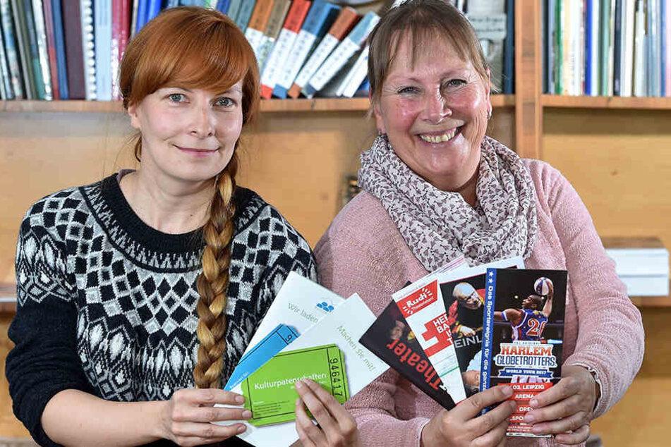 """Heidrun Frank (59, re.) und Christiane Strohbach (33) vermitteln in der """"KulturLoge"""" Tickets für Kultur- und Sportveranstaltungen."""