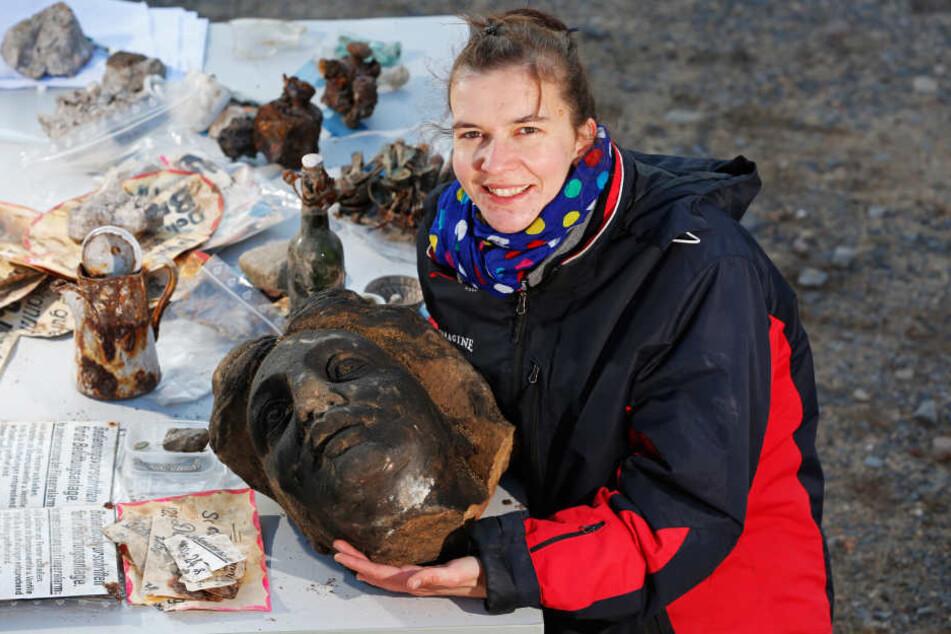 Grabungsleiterin Nicole Eichhorn (35) zeigt eine gefundene Sandsteinplastik  auf der Ausgrabungsstätte an der Wallstraße.