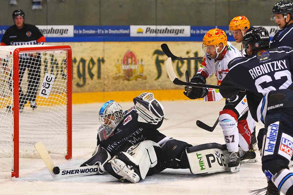 Marco Eisenhut (l.) zeigte hier einen Riesenreflex im Spiel gegen Bremerhaven.