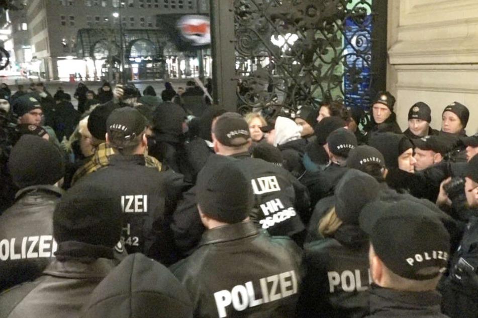 Tumulte und Böllerwurf bei AfD-Veranstaltung im Hamburger Rathaus