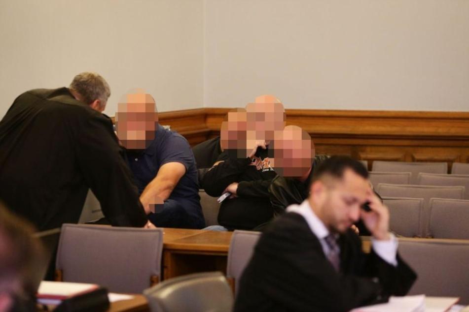 Mitglieder der Hells Angels sind ebenfalls im Gerichtssaal, verfolgen den Prozessauftakt gegen ihre Club-Mitglieder.