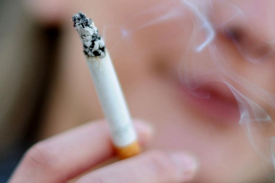 Ein Betrunkener drückte seine Zigarette im Gesicht eines anderen Mannes aus (Symbolbild).
