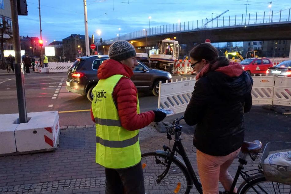 Nette Geste: Nikolaus beschenkt Radfahrer
