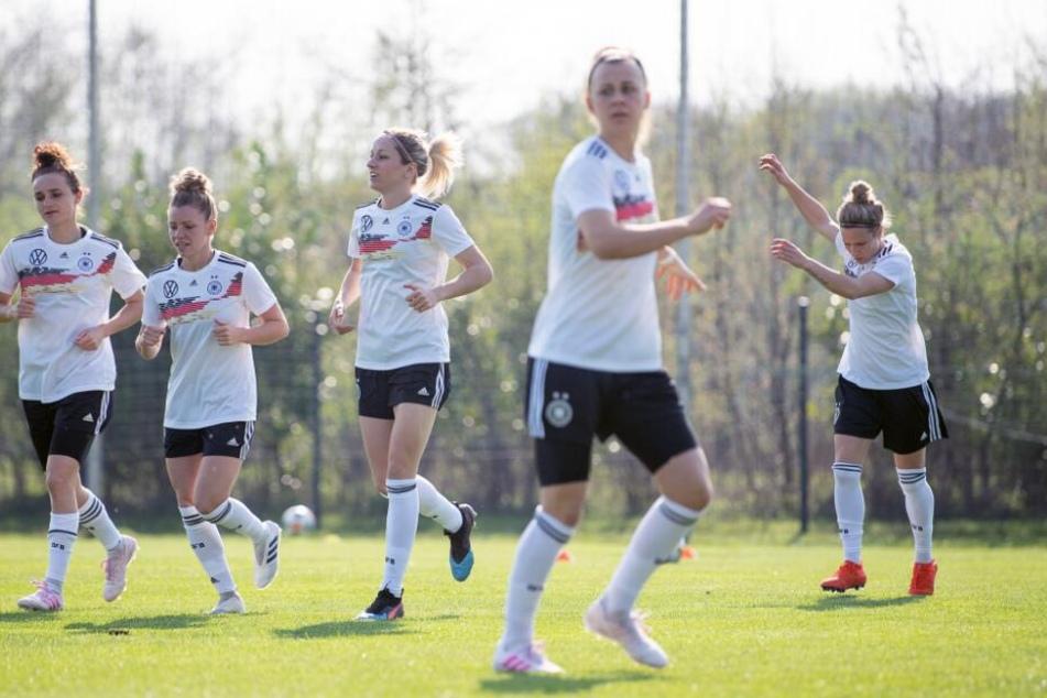 Die DFB-Spielerinnen Lina Magull (v. l. n. r.), Linda Dallmann, Kathrin Hendrich, Marina Hegering und Svenja Huth im Abschlusstraining vor dem Spiel gegen Japan.