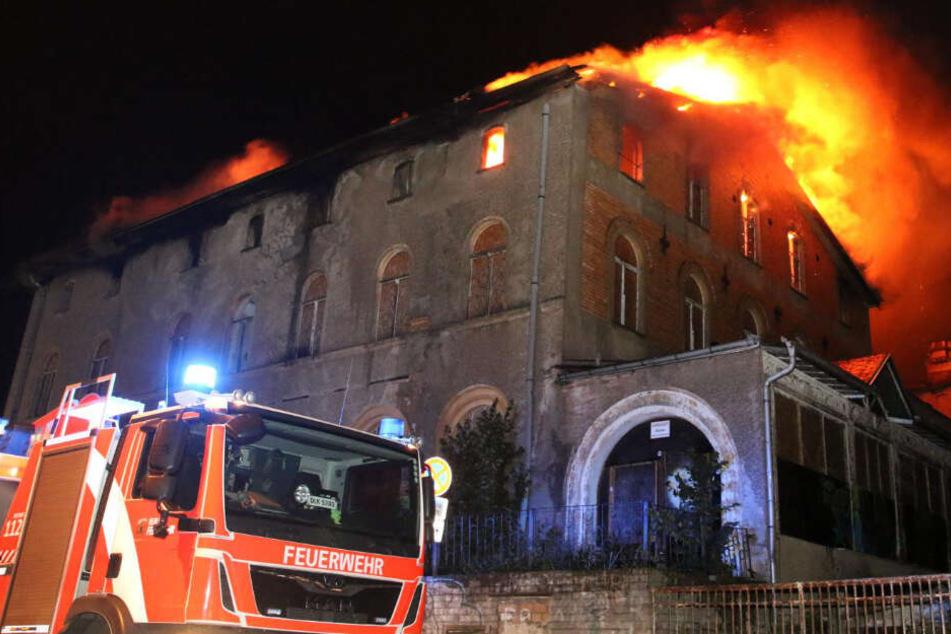 """Brandstiftung? Denkmalgeschütztes """"Haus Reviera"""" steht in Flammen!"""