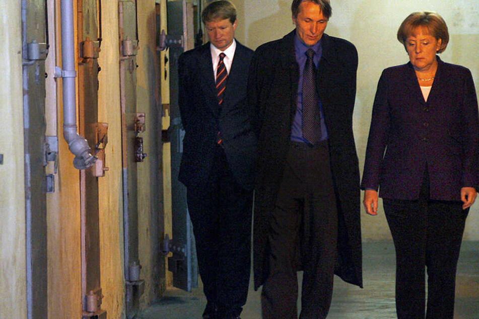 Die Kanzlerin 2009 zu Besuch im Stasi-Gefängnis mit dem damaligen Regierungssprecher Ulrich Wilhelm (l.) und dem Leiter der Gedenkstätte Hubertus Knabe.