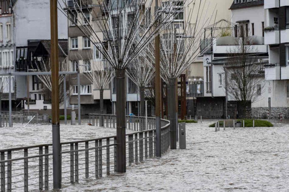 Überflutungen in der Innenstadt von Altena, nachdem der Fluss Lenne nach Dauerregen über die Ufer getreten ist.