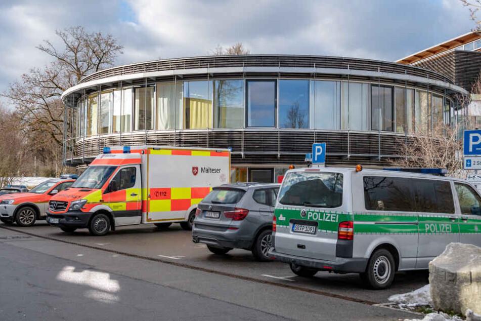 In Deggendorf musset die Polizei am Freitag einen Patienten überwältigen, der eine Frau als Geisel genommen hatte.