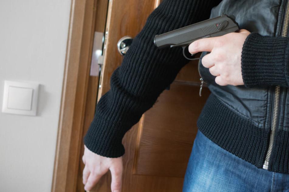 Die Frau wurde von zwei bewaffneten Männern überfallen (Symbolbild).