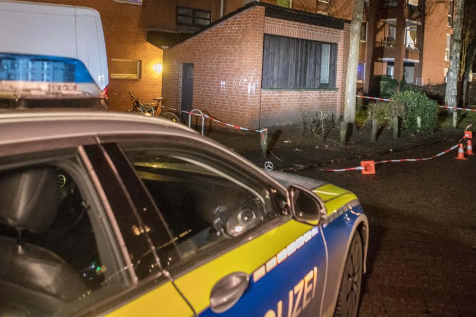 Zwei Männer haben sich in Hamburg-Lurup gegenseitig schwer verletzt.