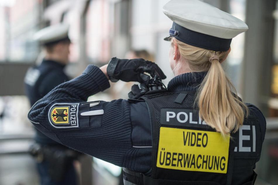 Eine Polizistin im Einsatz. (Symbolbild.)