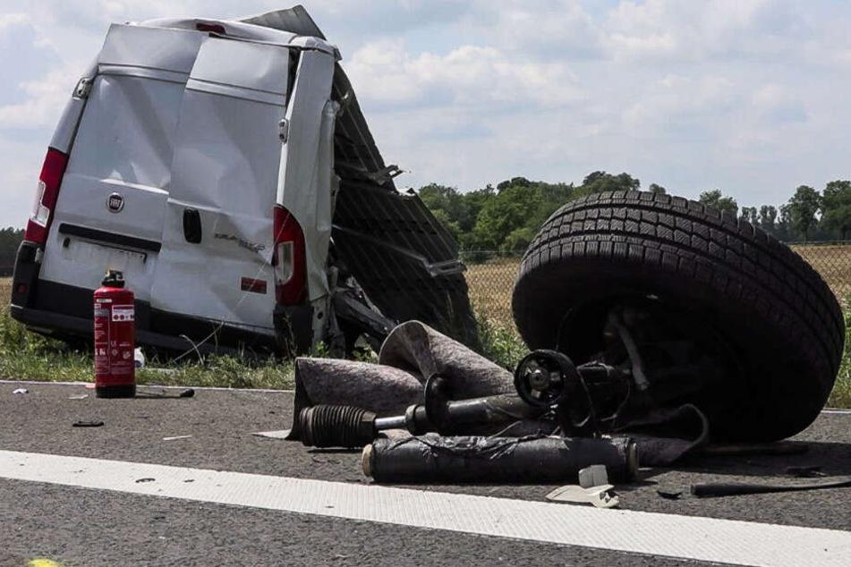 Der Fahrer des Transporters wurde schwerst verletzt.
