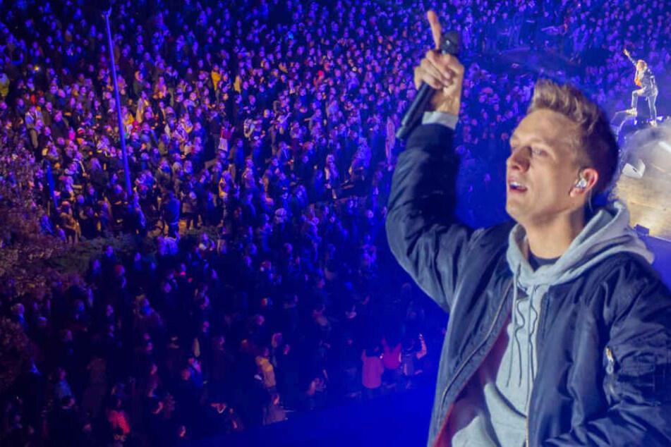 """Vor Hunderten Fans! Kummer gibt Spontan-Konzert auf Dach seines Ladens """"KIOX"""""""