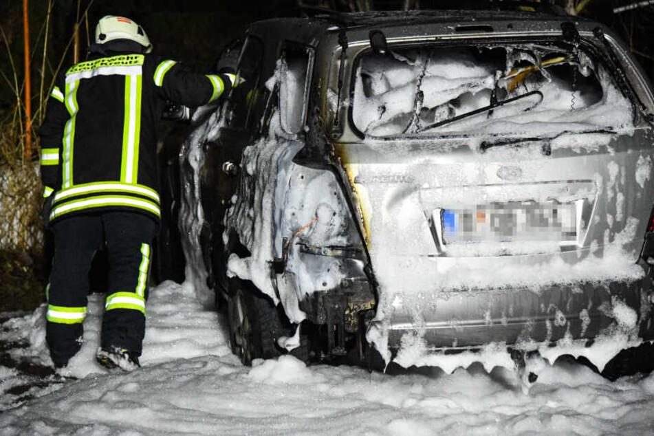 Auch der schnelle Einsatz von Löschschaum konnte das Fahrzeug nicht mehr retten.