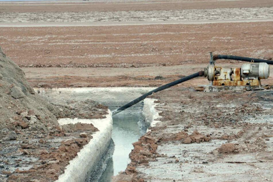 In Uyuni (Bolivien) werden Rohstofflösungen die unter der Salzkruste lagern, abgesaugt.