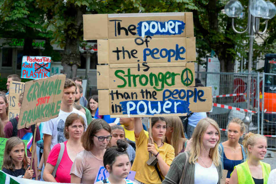 "Demonstranten der Bewegung ""Fridays for Future"" in der Bonner Innenstadt."