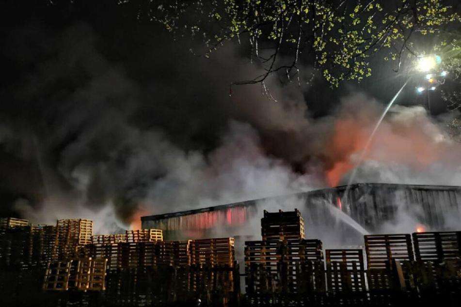 Lagerhalle steht in Flammen: Halbe Million Sachschaden
