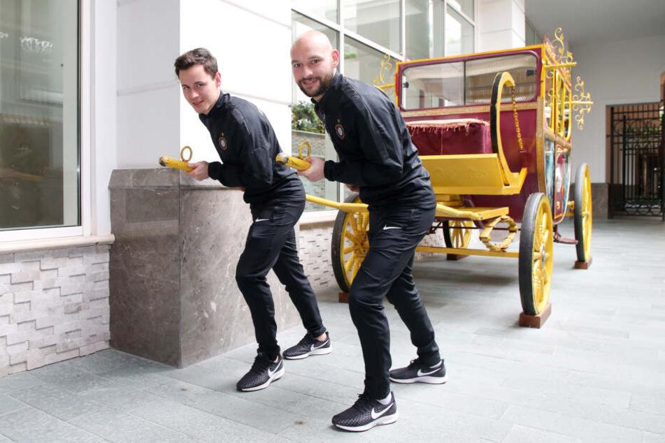 Sinnbildlich die Zugpferde des FC Erzgebirge: Clemens Fandrich (l.) und Philipp Riese lassen sich gern vor die Auer Kutsche spannen, um damit das Spiel der Veilchen anzukurbeln.