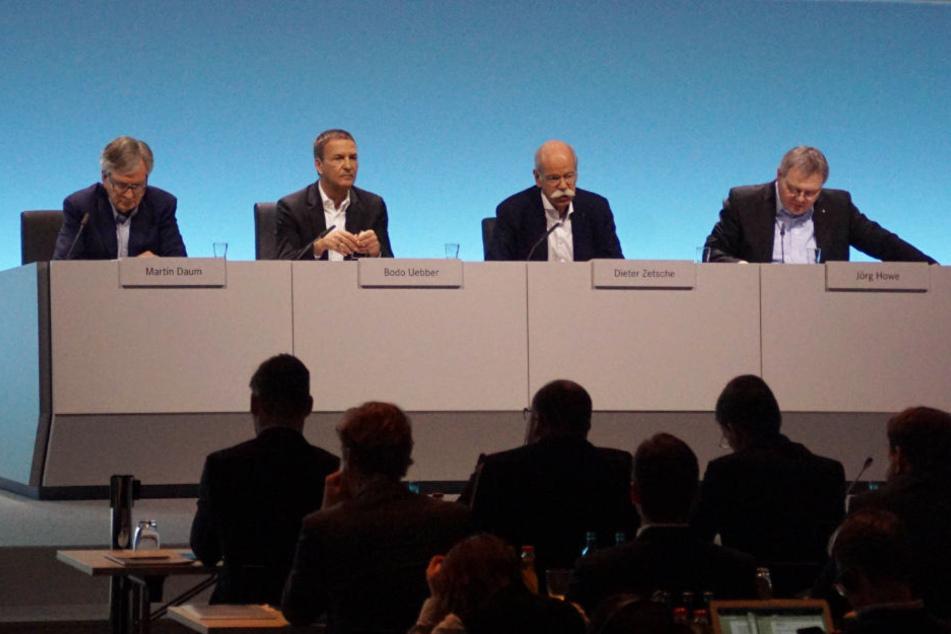 Luden zur Pressekonferenz ein (v.l.): Martin Daum (Leiter der Geschäftsfelder Daimler Trucks und Daimler Buse),, Bodo Uebber (Finanzen & Controlling), Dieter Zetsche (Vorstandsvorsitzender) und Jörg Howe (Leitung Globale Kommunikation).