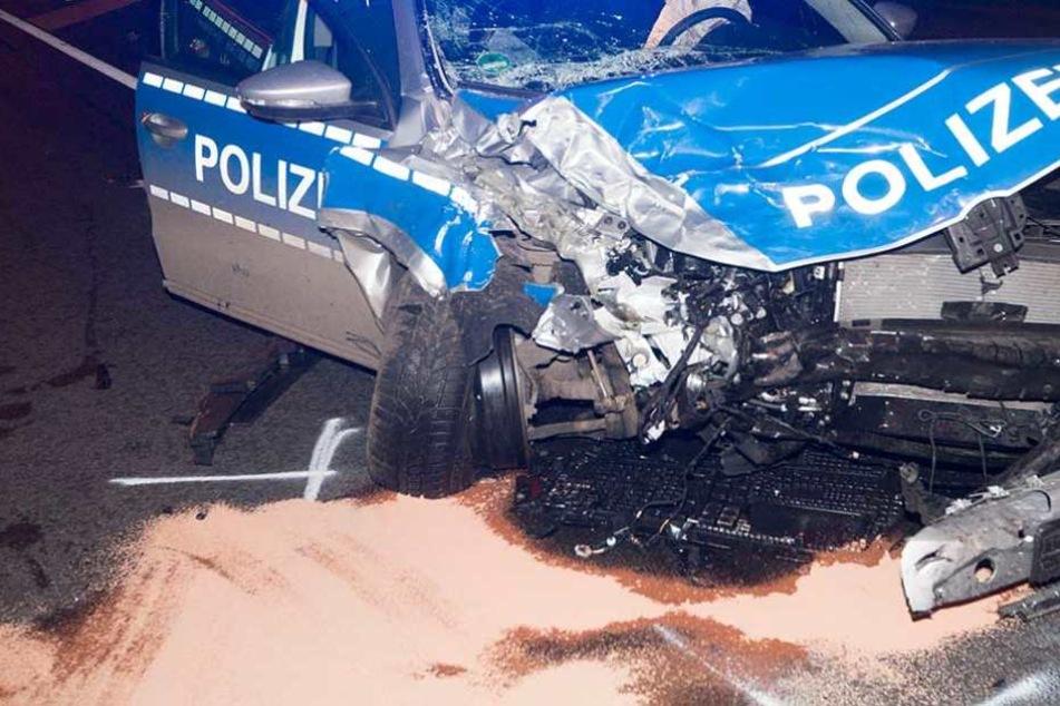 Streifenwagen kollidiert mit Audi: zwei Menschen sterben