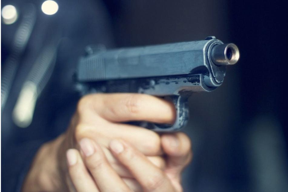 Mann (21) durch Autoscheibe attackiert: Angreifer schießt mit Schreckschusswaffe