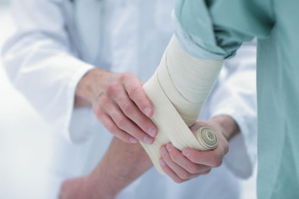 Halbnackt flüchtete der junge Mann auch aus dem Krankenhaus - trotz seines gebrochenen Armes und Temperaturen um den Gefrierpunkt. (Symbolbild)