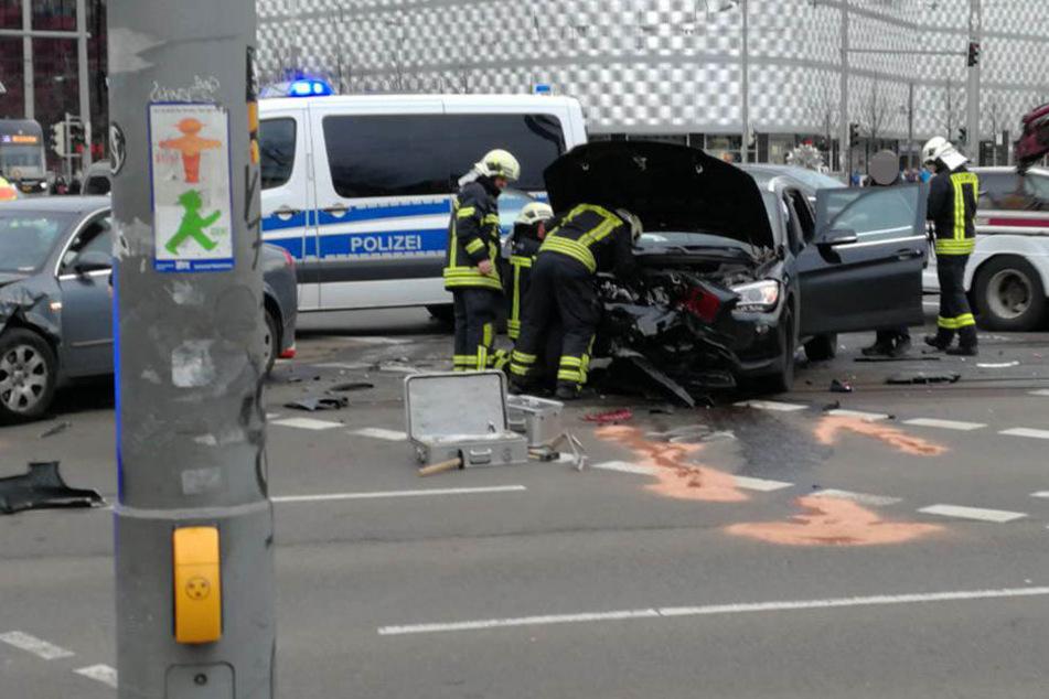 Die drei Insassen des schwarzen BMW X1 (5, 9, 42) wurden bei dem Unfall verletzt.