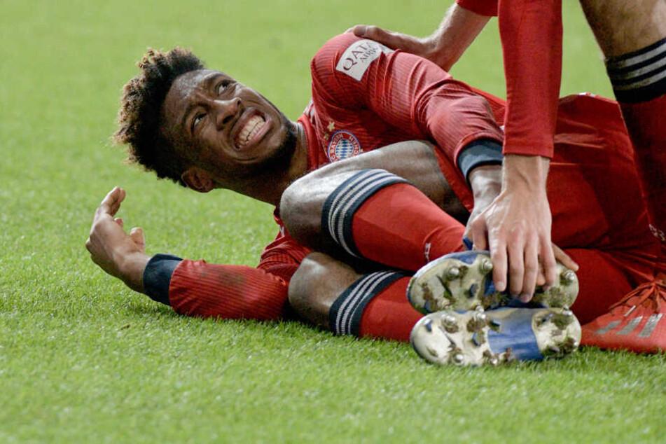 Kingsley Coman von München liegt mit schmerzverzerrtem Gesicht auf dem Rasen. Kurz vor dem Abpfiff verließ er mit einer Fußverletzung humpelnd das Feld.
