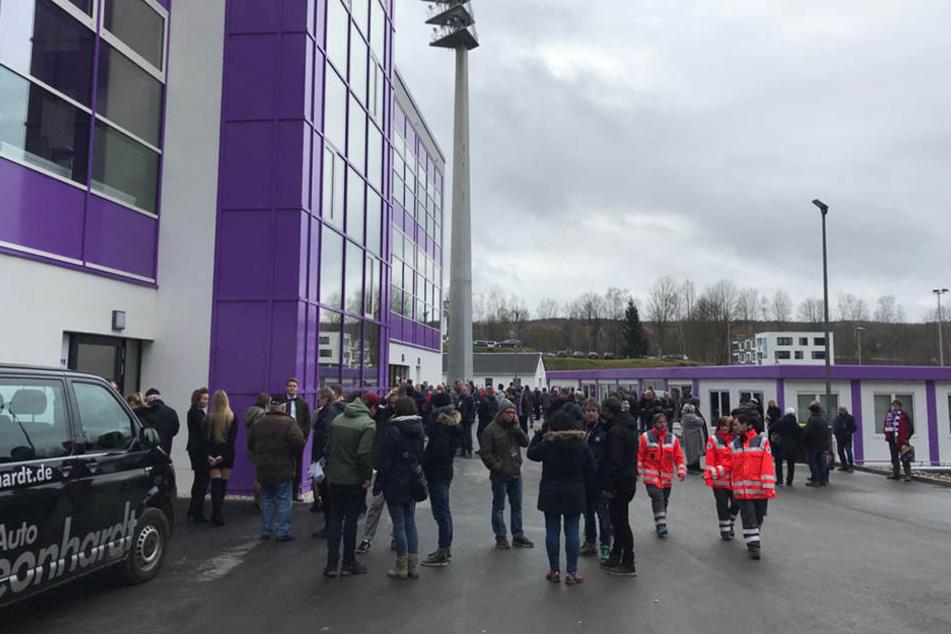 Alle schon anwesenden Fans mussten das Gebäude verlassen.