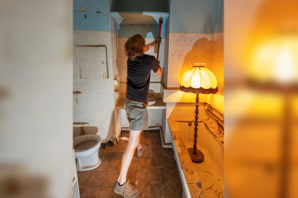 Helfer Jonathan Sacht (23) reißt eine Wand im Badezimmer ein.