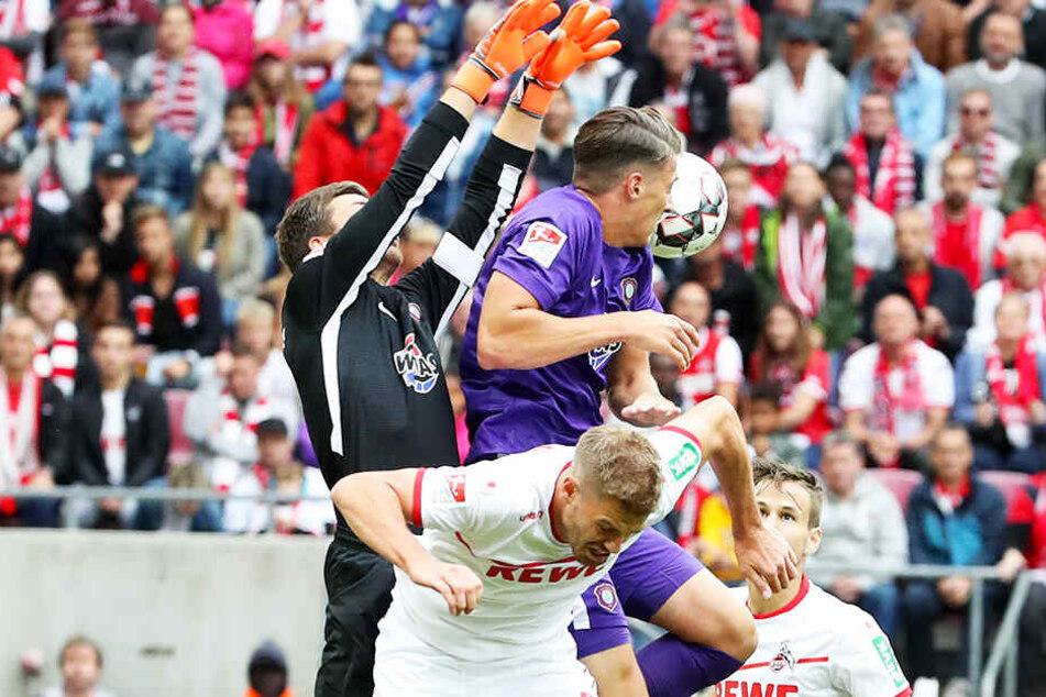 So rustikal, wie FCE-Keeper Martin Männel (l.) hier im Hinspiel Kölns Torjäger Simon Terodde wegräumt, müssen die Auer auch heute zu Werke gehen.