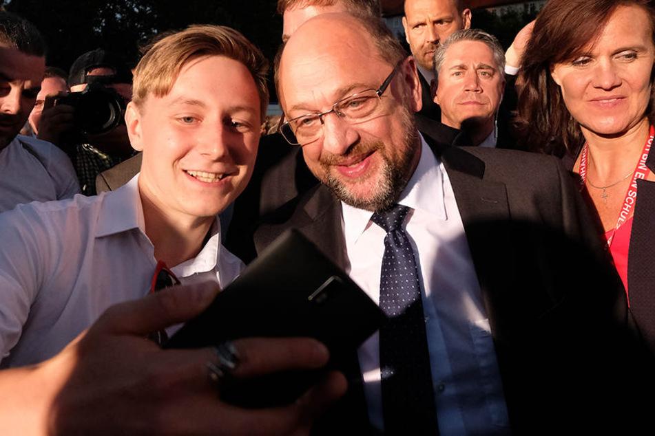 Schulz machte noch nach seinem Auftritt mit seinen Anhängern Selfies.