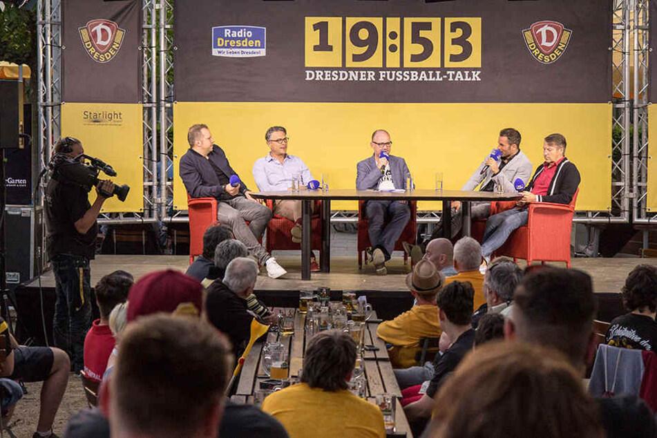 Beim Dresdner Fußball-Talk verriet Kristian Walter (2.v.r.), dass sich Ralf Minge auf dem Weg der Besserung befindet.