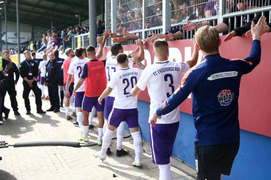 Die Auer Spieler klatschten nach dem 1:1 in Kiel mit ihren Fans ab, die den weiten Weg in den Norden auf sich genommen hatten.