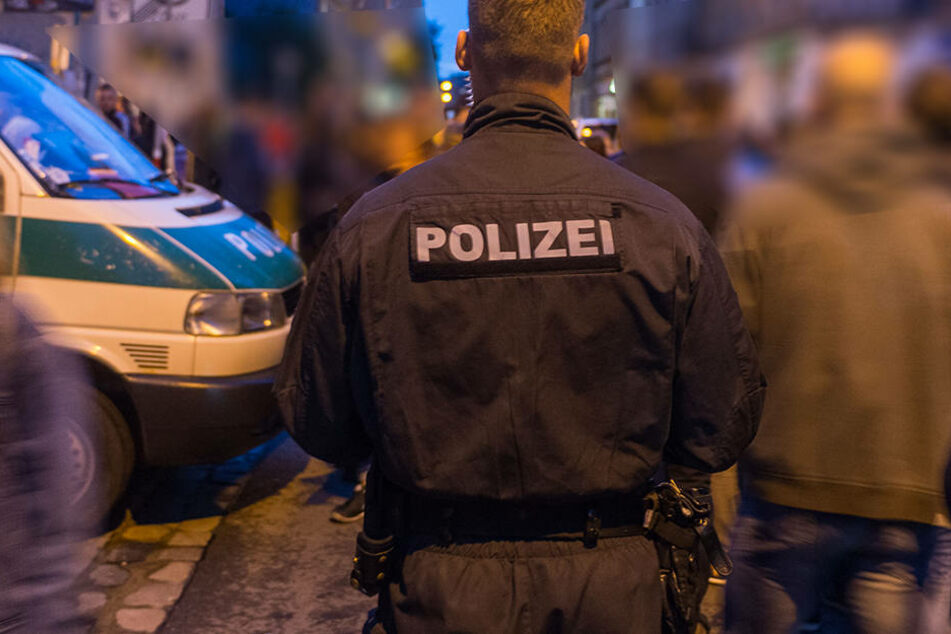 In der Dresdner Neustadt wurde ein 41 Jahre alter Mann von drei Männer beraubt und mit einer Bierflasche verletzt.