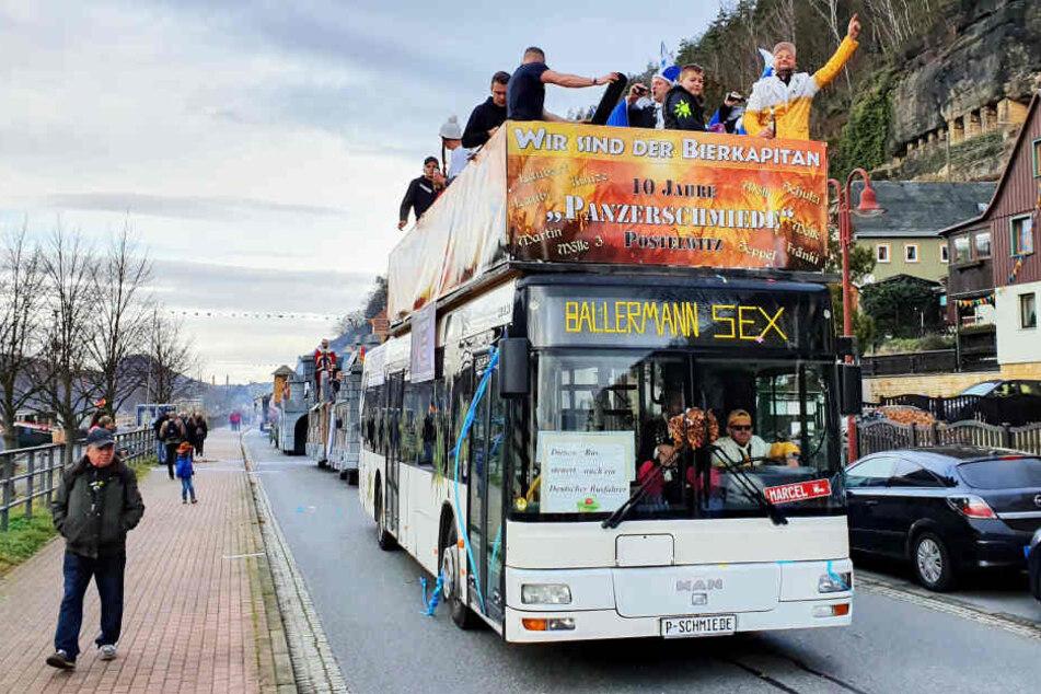 Der Postelwitzer Narren-Bus. Vorn links neben dem Fahrer der aufgepeppte Spruch.