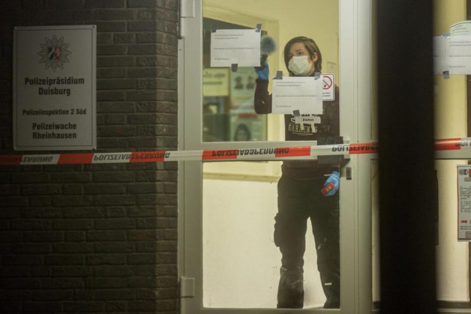 Die Polizei hat auf einer Wache in Duisburg einen mit einem Messer bewaffneten Mann erschossen. Die Spuren wurden von den Beamten am Tatort gesichert.