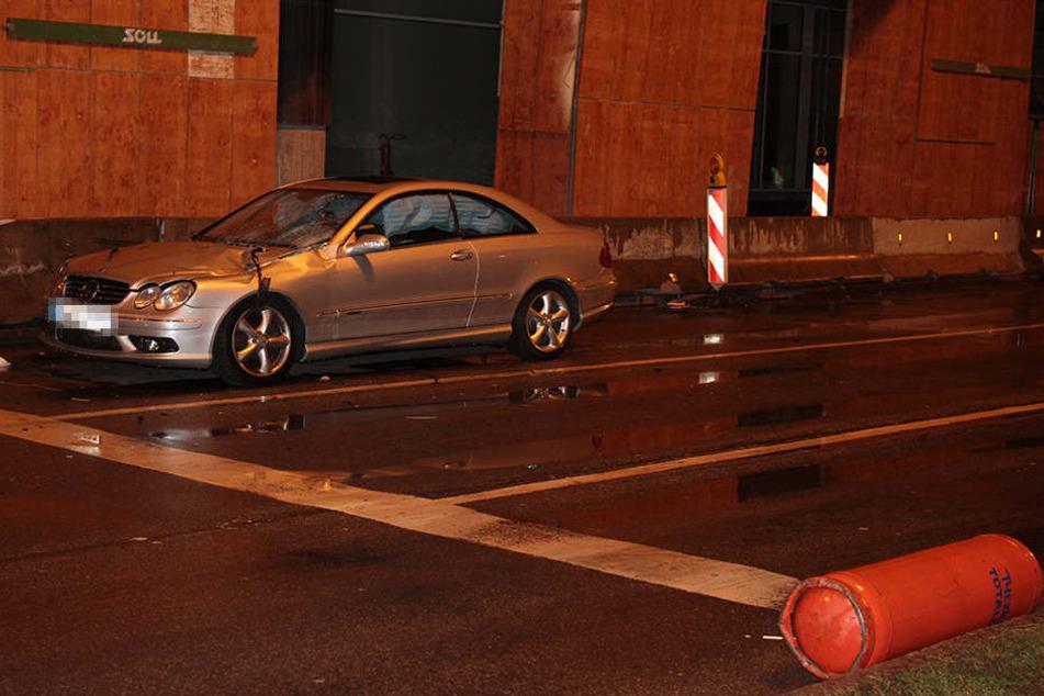 Die Gasflasche traf ein an der Ampel stehendes Auto. Zum Glück wurden die zwei Insassen nur leicht verletzt.