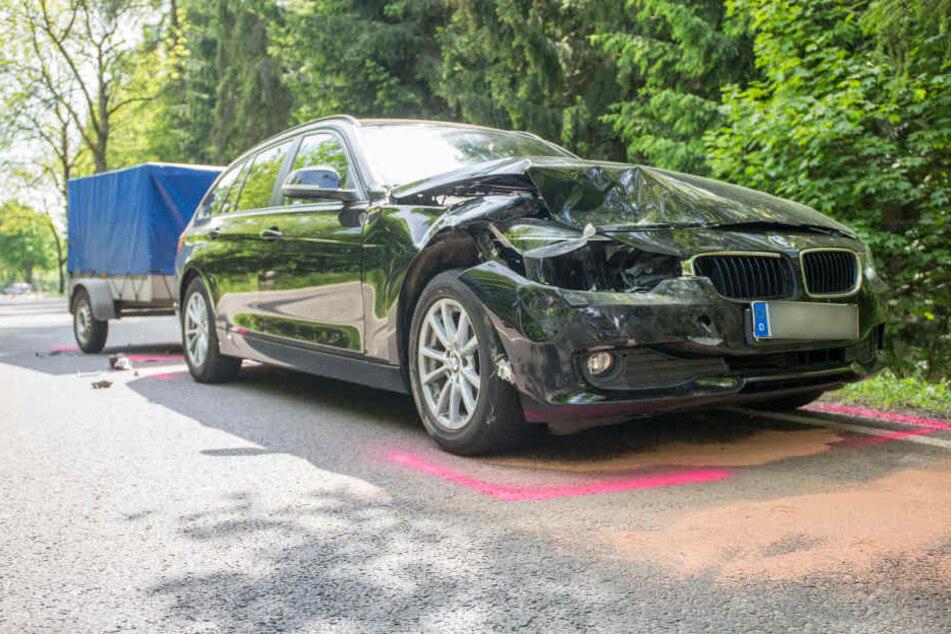 Der BMW mit Anhänger krachte in das Heck eines VW.