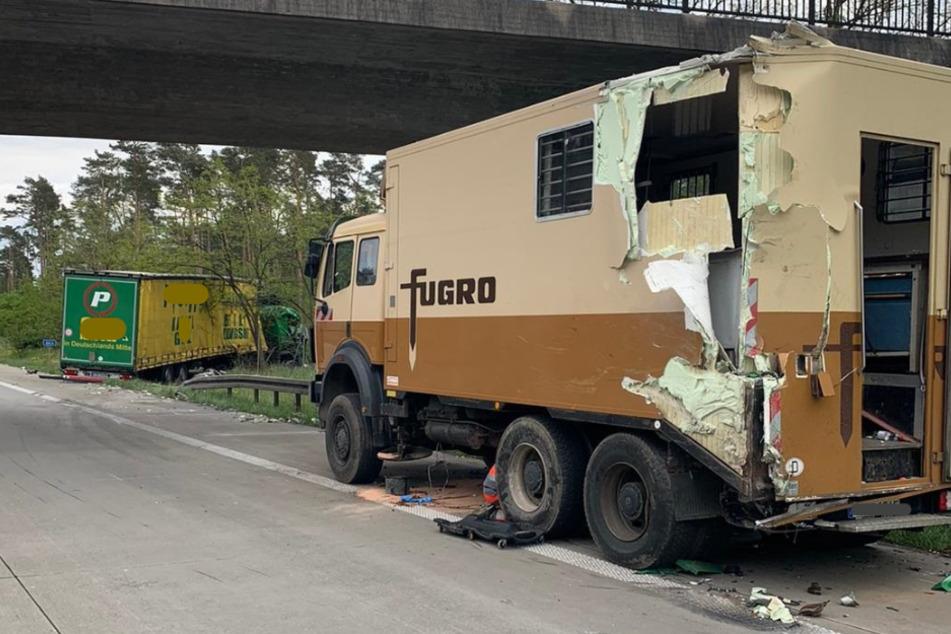 Bei Unfall im Laderaum: Schwerer Crash mit zwei Verletzten auf der A2
