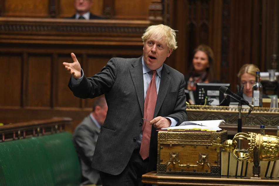 """Boris Johnson (vorne), Premierminister von Großbritannien, spricht im britischen Unterhaus während der """"Prime Minister's Questions""""."""