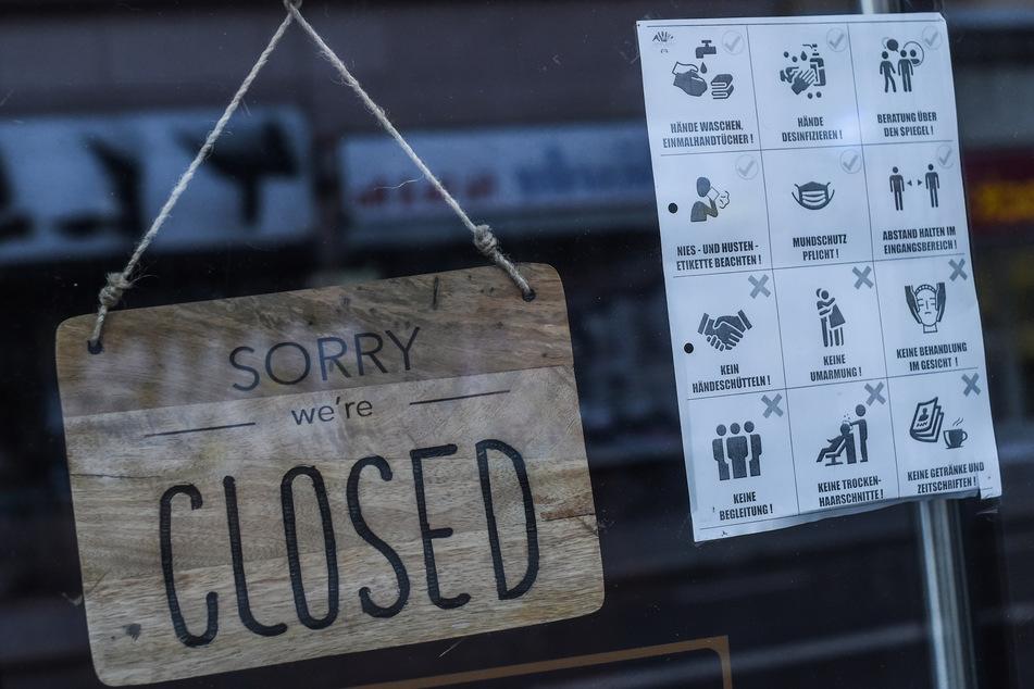 Ein geschlossener Friseur-Laden in Berlin. Mindestens bis zum 15. Februar sollen viele Geschäfte in Deutschland zu bleiben.