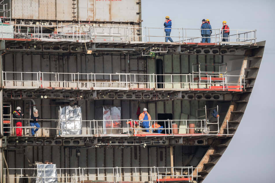 Arbeiter befinden sich auf einem im Bau befindlichen Kreuzfahrtschiff auf der Meyer-Werft.