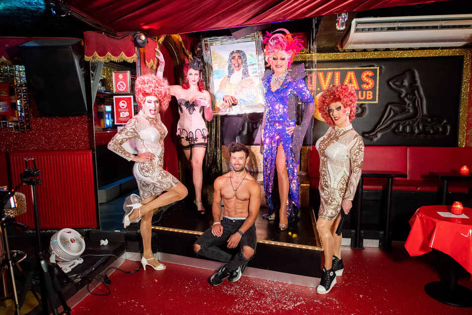 Dragqueen Olivia Jones (51, 2.v.r.) posiert mit ihrem Show-Team.