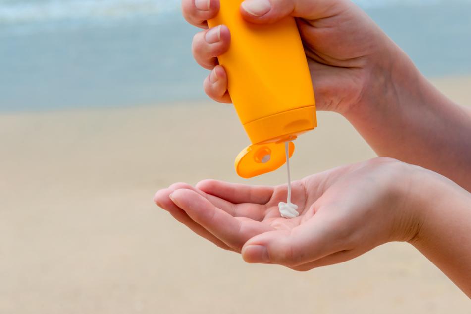 Sonnencreme, ein Erste-Hilfe-Set und ausreichend Wasser sind unverzichtbar für einen Badeausflug.