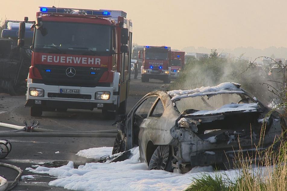 Der Beifahrer (22) aus den Niederlanden starb noch an der Unfallstelle bei Emmerich, der Fahrer kam ins Krankenhaus.