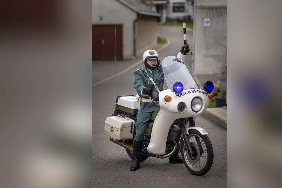 Frank Lieberwirth (50) posiert in DDR-Uniform auf seinem restaurierten Volkspolizei-Motorrad.
