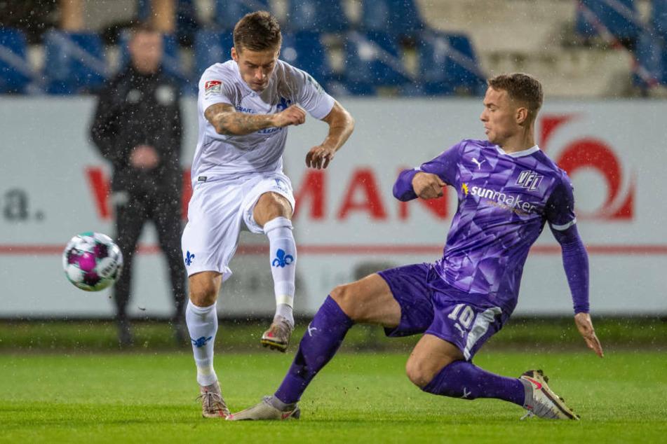Osnabrücks Niklas Schmidt (r.) spitzelt dem wieder sehr agilen Marvin Mehlem (l.) den ball weg.