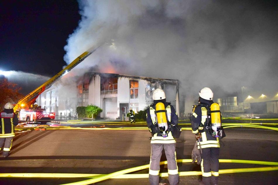In Köln-Lind musste die Feuerwehr mit einem Großaufgebot zu einer brennenden Lagerhalle anrücken.
