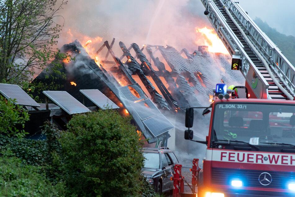 Flammen schlugen aus dem Haus.